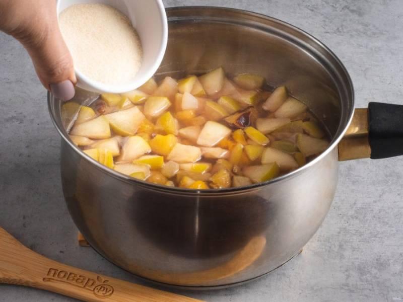 Выключите огонь и добавьте желатин. Размешивайте до полного растворения желатина, несколько минут.