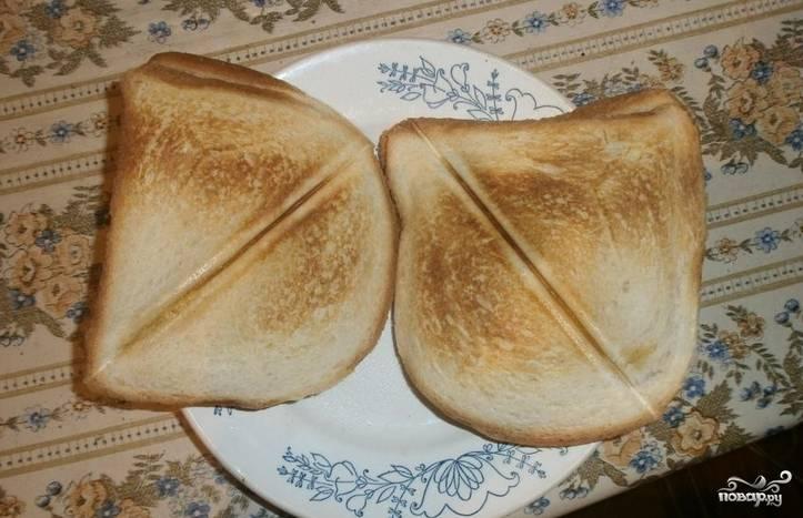 При помощи тостера готовим тосты, придав им желаемую степень прожарки.