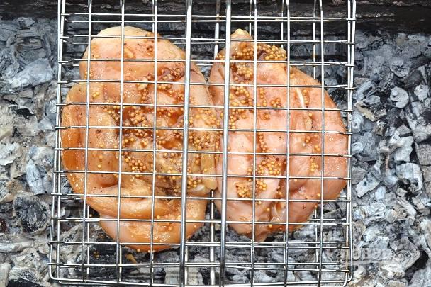 Выложите филе на решетку и отправьте на угли.