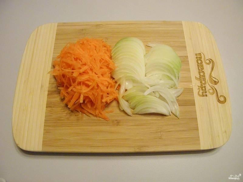 Порежьте лук, натрите на терке морковь.