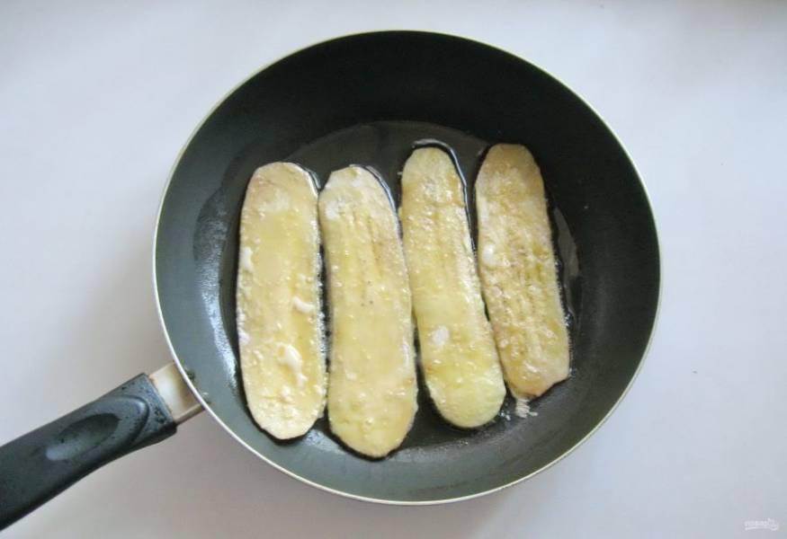 В горячую сковороду с рафинированным подсолнечным маслом выложите баклажаны.