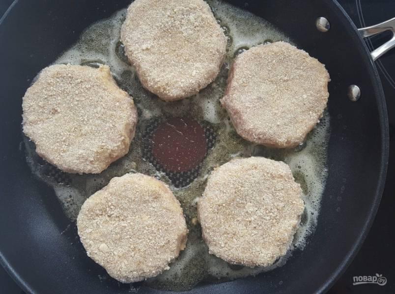 На сковороде разогрейте масло. Потом выложите в него изделия.