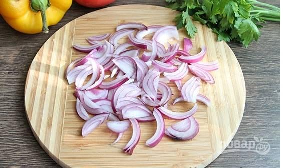Приготовление итальянского омлета начинаем  с того, что очищаем овощи (по необходимости) от кожуры. Нарезаем лук тоненькими полукольцами.