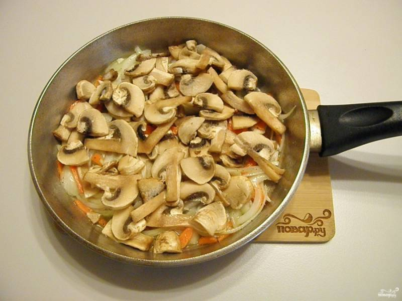 К полуобжаренным луку и моркови добавьте грибы и жарьте до готовности всех продуктов.
