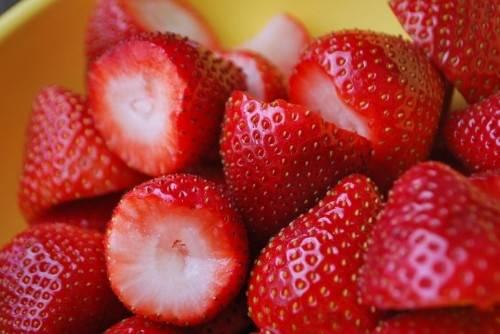 Берем спелую сочную землянику, перебираем ее, удаляем поврежденные ягоды, кладем ее в дуршлаг и тщательно промываем под холодной проточной водой. Мойте ягоды хорошо, чтобы в них не было кусочков земли и крупинок песка.