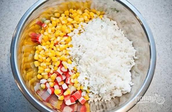 7. Выложите в салатник, предварительно остудив, рис.
