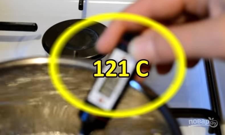 5.Перемешиваем сироп первый раз, измеряем температуру. Как только появилась отметка в 121 градусов, снимаем его с огня.
