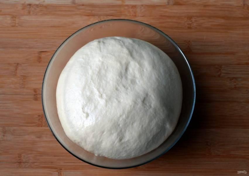 Тесто должно увеличится втрое, тогда его можно разделывать.