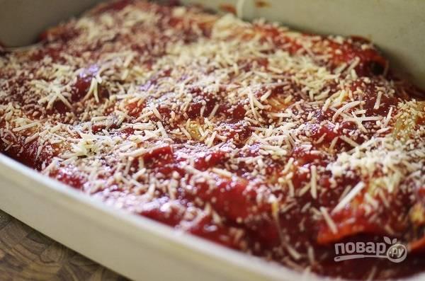 4. Вторую половину выложите сверху, присыпьте все тертым пармезаном или другим тертым сыром. Отправьте в разогретую до 180 градусов духовку, накрыв форму фольгой.