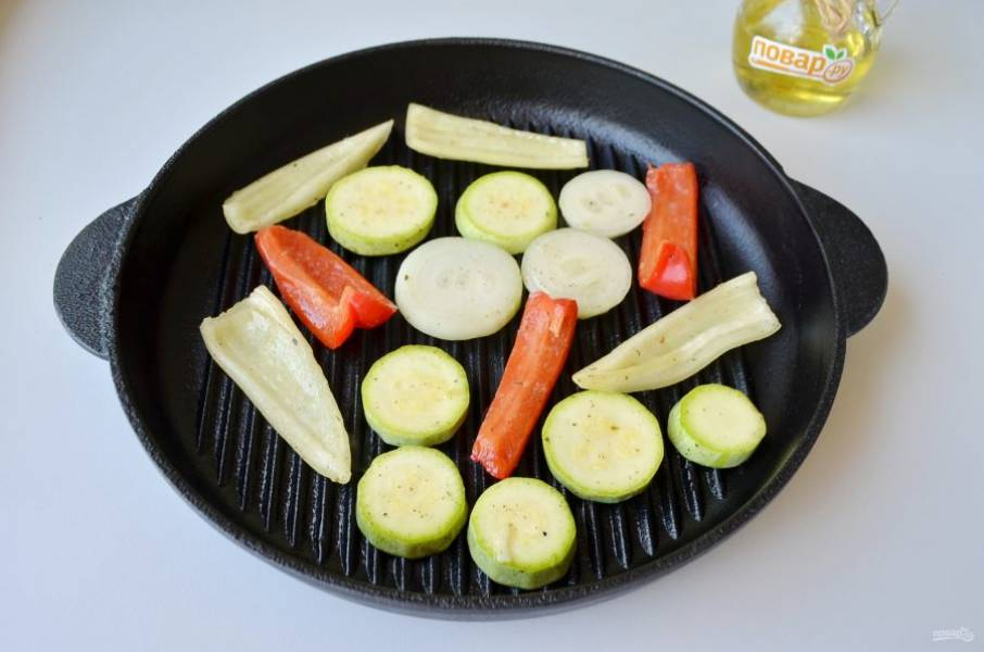 5. Разогрейте гриль, смазывать сковороду не нужно. Выберите средний огонь. Выкладывайте щипцами овощи, жарьте по пару минут небольшими партиями, переворачивайте периодически.