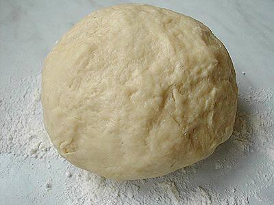 Для начала делаем тесто. Берем примерно 2/3 муки, просеиваем её. Добавляем сухие дрожжи, сметану и половину растопленного сливочного масла. Всё хорошо перемешиваем руками или миксером. Должно получиться однородное достаточное густое тесто, которое не сильно липнет к рукам. Если тесто получилось липнущим, можно добавить еще муки. Тесто накрываем и отправляем в холодильник на 3 часа.