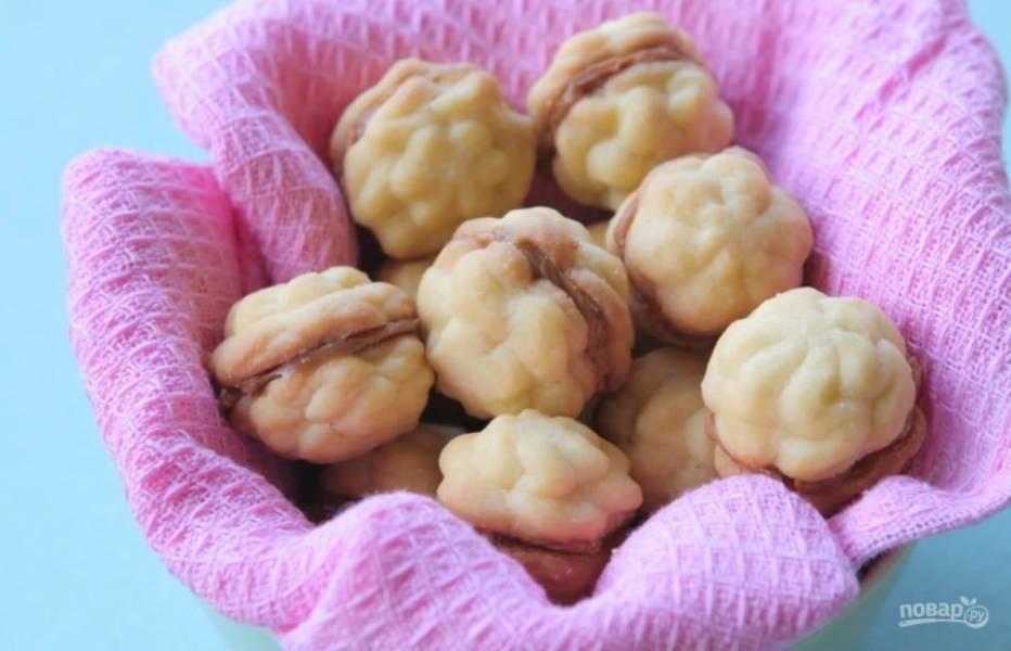 5.Соедините печенье по вкусу любой начинкой, в этом рецепте – вареной сгущенкой. Приятного аппетита!