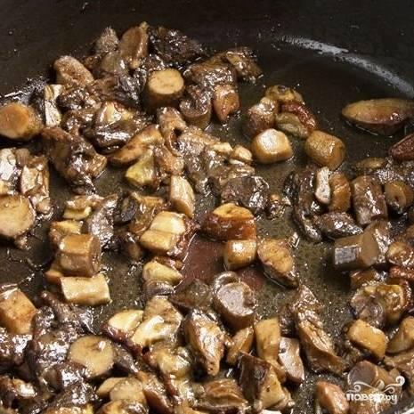 Тем временем, пока фарш запекается, в сковороде на масле обжарим нарезанные грибочки. Обжариваем около 5 минут, после чего снимаем с огня.