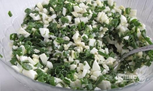 Варим яйца вкрутую. Зеленый лук нужно помыть и обсушить, а затем мелко нарезать. Отварные яйца нарезаем небольшими кубиками и смешиваем с луком. Добавляем соль по вкусу.