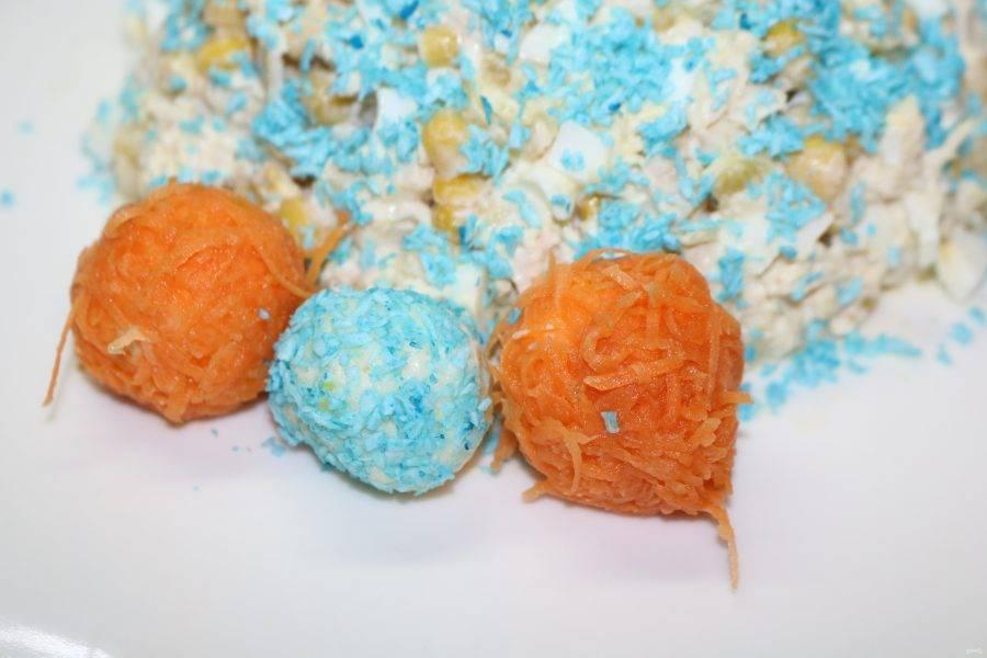 Из сырной массы скатайте шарики небольшого размера. Обваляйте одни шарики в натёртой моркови, а другие в кокосовой стружке.