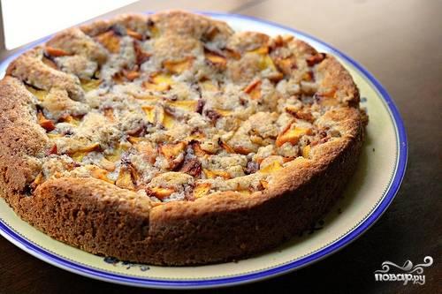 Готовый пирог достаем из духовки, даем ему немного остыть, затем достаем из формы, нарезаем и подаем к столу. Приятного аппетита!