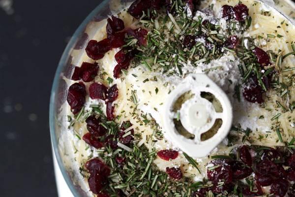 2. Смешайте все до однородности. Добавьте сушеные ягоды, розмарин и тертый пармезан. Снова взбейте все.