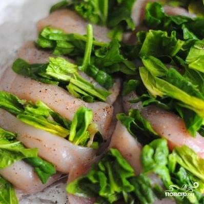 Куриные грудки солим и перчим, посыпаем мускатным орехом, а в надрезы вставляем хорошо промытые листья шпината. Заворачиваем эту конструкцию в фольгу и отправляем в духовку на 30-40 минут при 200 градусах.
