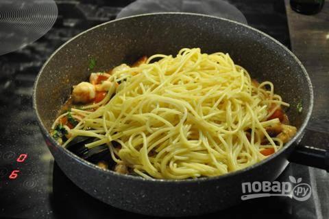 Дальше выкладываем в сковороду спагетти и наливаем воду, что оставили. Добавляем соль, черный перец и тушим на небольшом огне, помешивая, 2-3 минуты. Выкладываем на тарелку и подаем на стол.