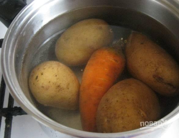 1. Первым делом вымойте картофель и морковь, отправьте в кастрюлю с водой и варите до готовности.
