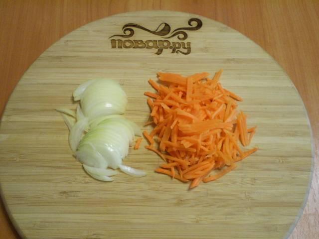 Порежьте мелко лук и морковь. Можно воспользоваться крупой теркой.