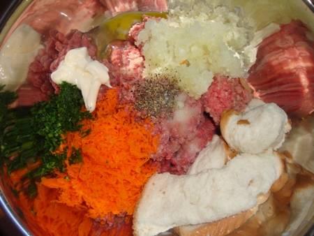 1. Сперва необходимо сделать фарш. Для его приготовления необходимо вымыть, просушить и пропустить через мясорубку мясо. Очистить луковицу и также измельчить в мясорубку или нарезать маленькими кубиками. Морковь очистить и натереть на мелкой терке. Пару ломтиков хлеба замочить в молоке на 2-3 минуты, а затем отправить в мясорубку. Свежую зелень вымыть, просушить и измельчить. Вбить 1 яйцо, посолить и поперчить по вкусу. Все как следует перемешать. Если получается суховато, добавить 1-2 ложки сметаны или майонеза. Рецепт приготовления фарша в фольге в духовке можно использовать не только этот, но и свой любимый вариант.