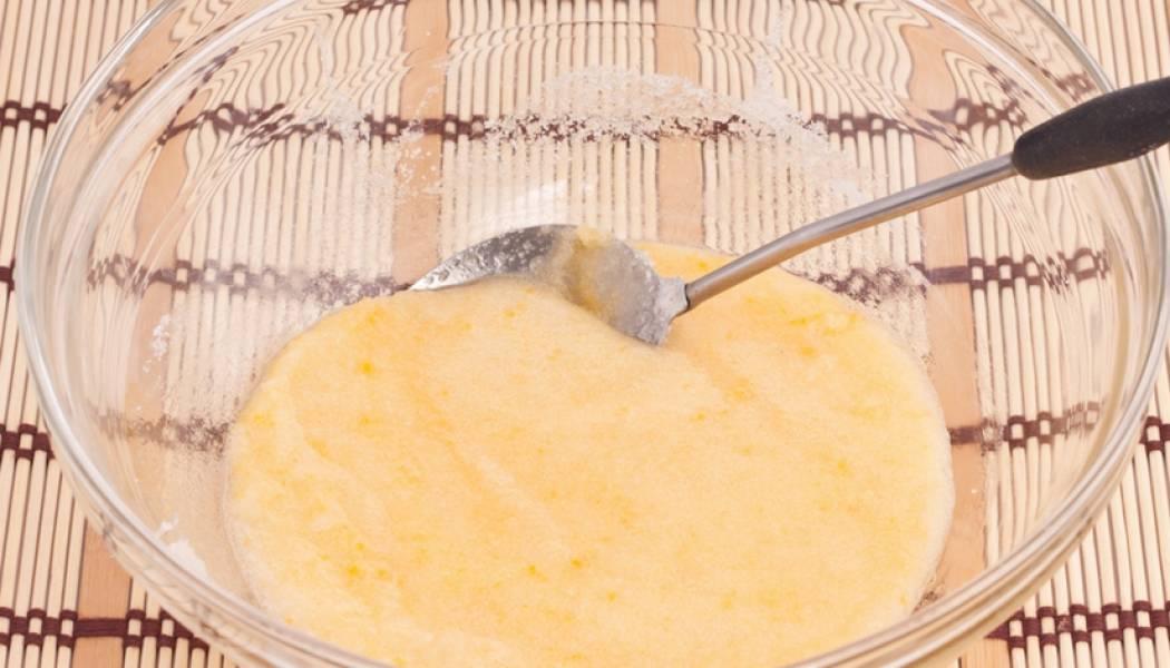 Яйцо вбиваем в тарелку и растираем с сахаром и солью.