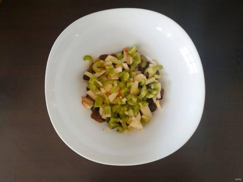 Киви очистите, мелко нарежьте и добавьте в салат.