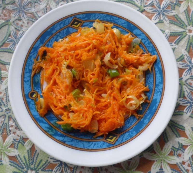 Лук обжариваем на растительном масле до мягкости, добавляем тертую морковь, жарим 5 минут.