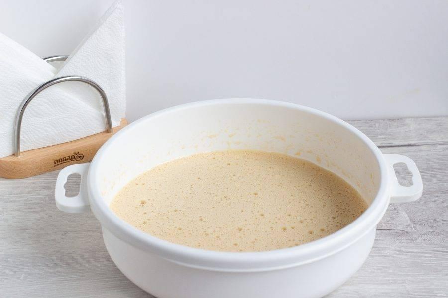 Яйца немного взбейте миксером. Добавьте сметану, сахар, соль и ванильный сахар,  взбивайте в течение 5-6 минут до растворения сахара.