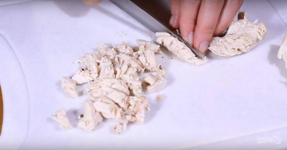 Порежьте отварную курицу.