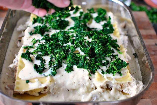 11. Залить соусом и выложить измельченную петрушку. Лазанья с творогом и сыром в домашних условиях может быть приготовлена также со шпинатом, который идеально сочетается с творогом.