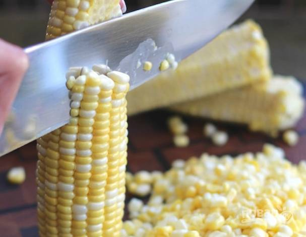 Кукурузный початок очистите и отделите ножом зернышки.