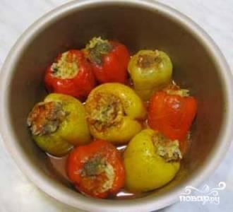 """Залейте чашу до половины кипяченой водой. Выберите режим """"Тушение"""" на 45 минут. После звукового сигнала откройте крышку, добавьте томатную пасту и доведите до кипения (пара минут в режиме """"Жарка""""). Фаршированные перцы в мультиварке готовы! Приятного аппетита!"""