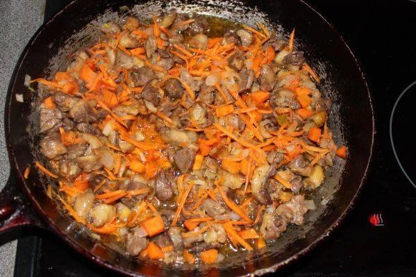 2. Добавим к уже подготовленному мясу на сковороду лук и морковь. Добавим томатную  пасту. Солим, перчим по вкусу.