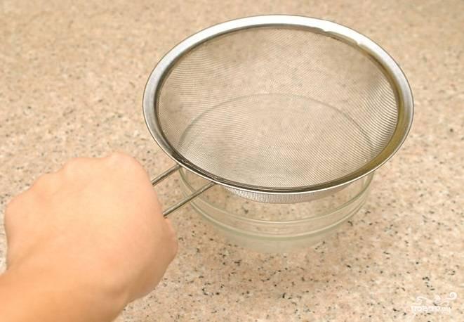 6. После того, как помидоры остынут, взбейте их блендером, достаточно взбивать их в течение минуты, затем, если есть необходимость, пропустите томатное пюре через сито.