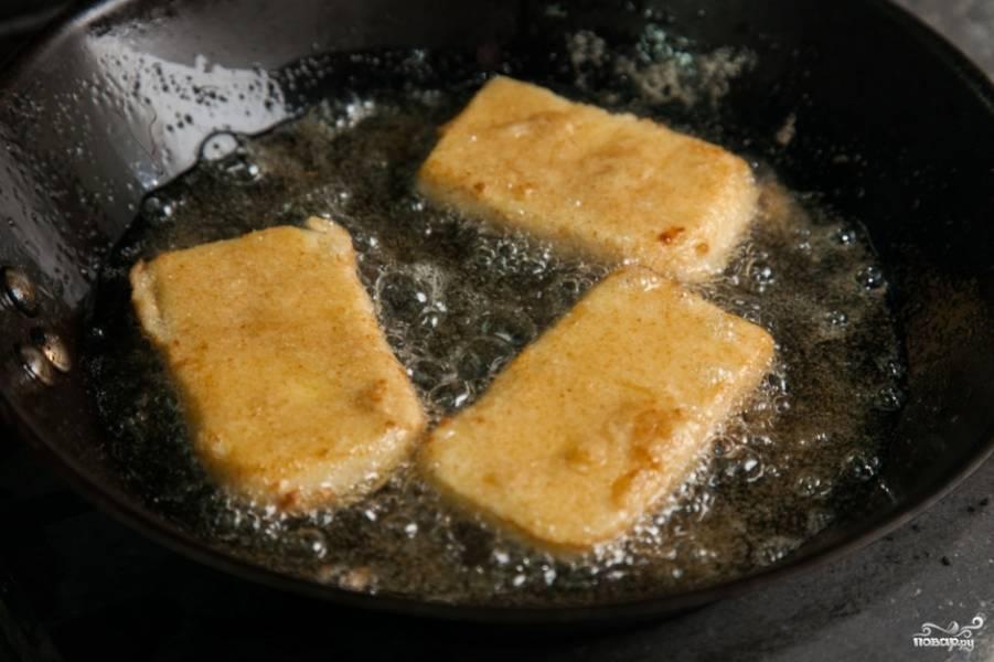 Когда салат готов, можно приступать к жарке сыра. Для этого раскалите сковороду, влейте на нее достаточное количество масла и на сильном огне обжаривайте кусочки сулугуни в панировке с двух сторон. На каждую сторону уйдет две-три минуты.