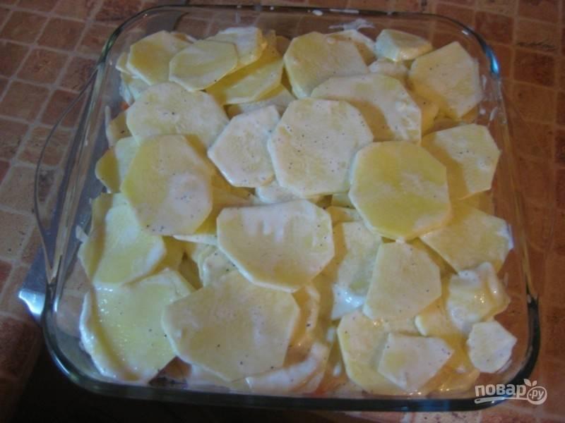 9. Распределите сверху картофель ровным слоем. Накройте форму фольгой, отправьте её в разогретую до 180 градусов духовку на 20 минут. После снимите фольгу и запекайте до готовности.