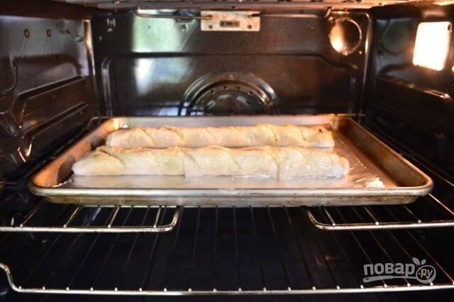 Смажьте роллы маслом и отправьте в разогретую до 200 градусов духовку на 10-12 минут.