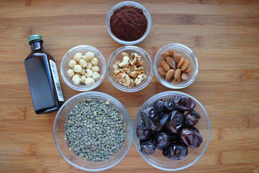 Подготовьте все необходимые ингредиенты. Орехи для конфет можно взять любые на ваш вкус. У меня смесь миндаля, фундука и грецких орехов.