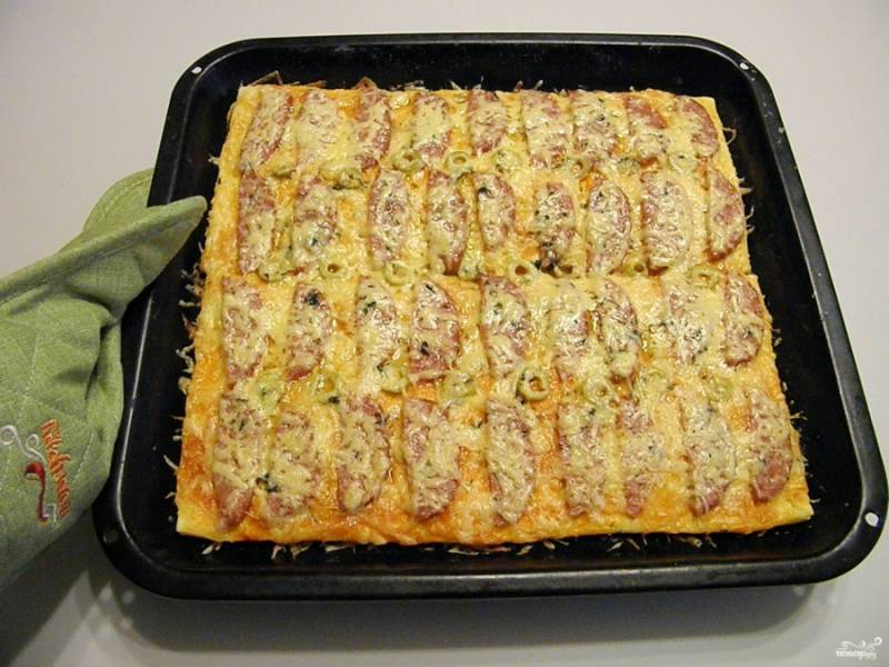 Разогрейте духовку на 230 градусов. Поставьте пиццу и выпекайте минут 15.