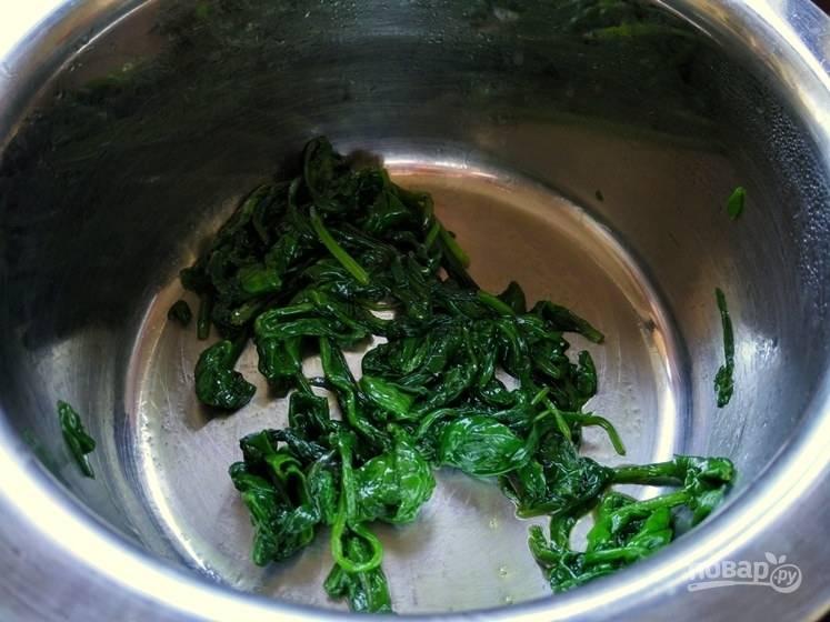 1. Нагрейте в небольшом сотейнике масло и поместите туда шпинат. Припустите его, избавив от лишней влаги.