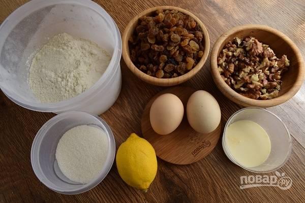 Подготовьте необходимые продукты. Изюм залейте кипятком на 10 минут, затем обсушите. Орехи прокалите на сухой сковороде в течение 2 минут, измельчите.