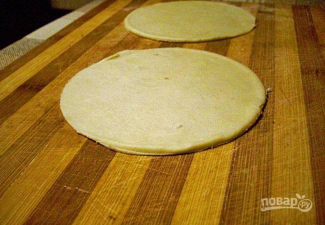 Из него вырежьте круги диаметром в 15 см.