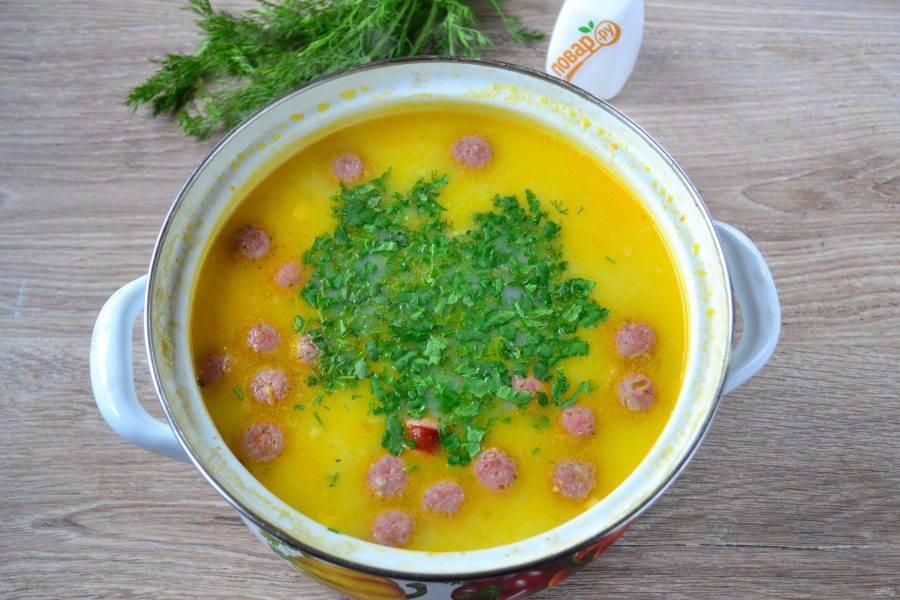 Еще раз попробуйте на соль, если нужно, досолите. Мелко нарежьте зелень (у меня смесь петрушки и укропа) и отправьте в суп. Снимите кастрюлю с огня и дайте настояться супу минут 10.