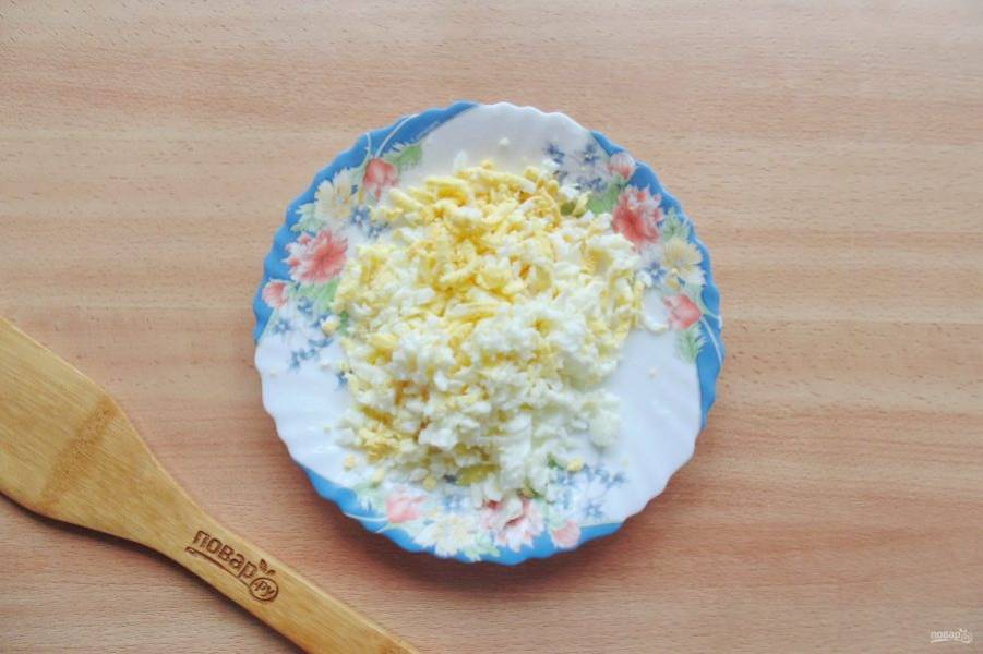 Яйца сварите вкрутую, охладите и очистите. Натрите на терке.