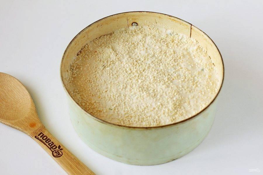 Полейте начинку оставшимся тестом и посыпьте сверху кунжутом. Выпекайте в духовке при температуре 180 градусов около 30 минут.