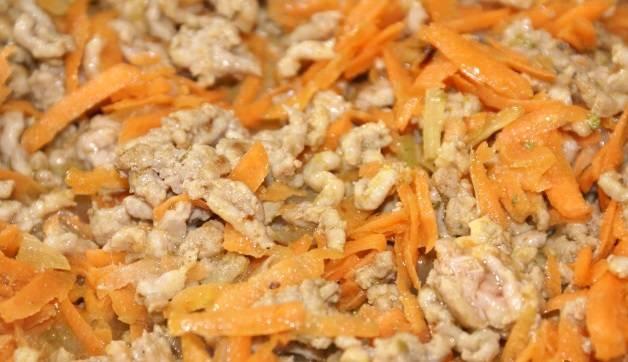 2. Пока обжаривается фарш на мелкой или средней терке натереть очищенную морковь. Чеснок также очистить и измельчить - выдавить через пресс или натереть на терке. К обжаренному мясу добавить морковь и чеснок. Посолить и поперчить по вкусу.
