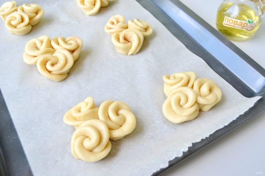 13. Застелите противень пергаментом, сформуйте булочку из трех цветочков, прижимая чуточку их друг к другу. Смажьте яичным белком. Отправьте в духовку на 15-20 минут, температура 170 градусов. Последние 5 минут я пекла в режиме гриль+конвекция.