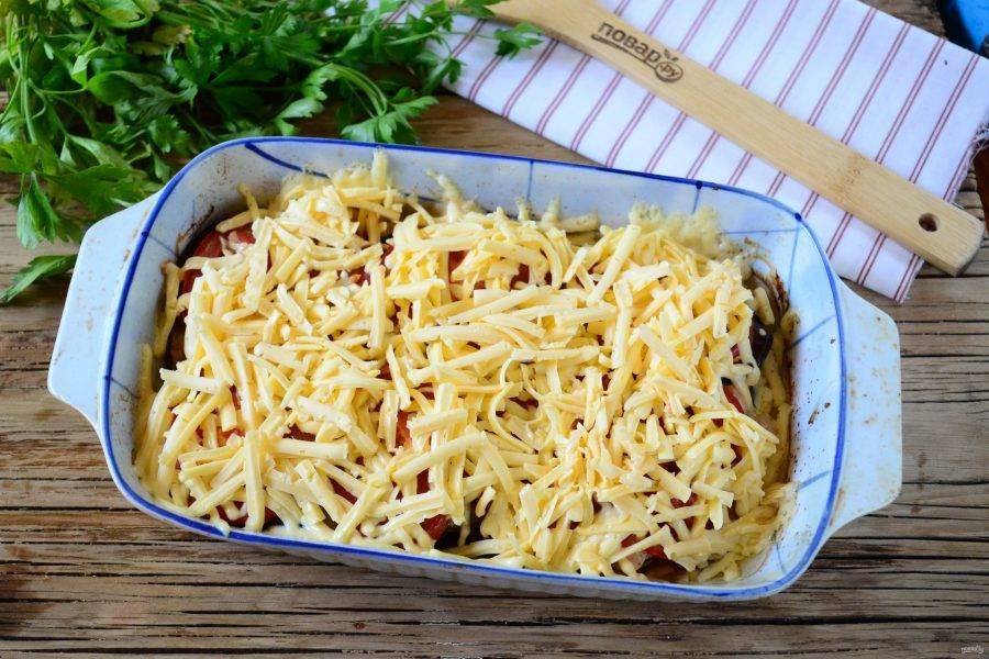 После этого выньте форму из духовки, блюдо обильно присыпьте натертым на крупной терке сыром и снова отправьте в духовку еще на 15 минут.